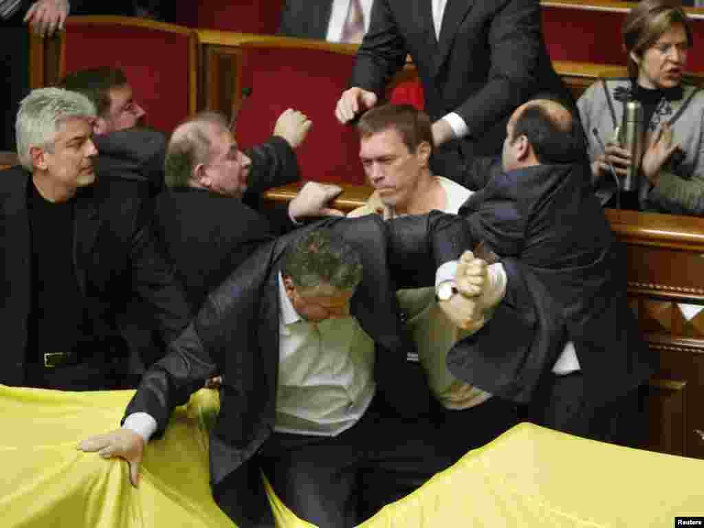 Комитеты Рады по вопросам иностранных дел и по евроинтеграции, которые возглавляют оппозиционеры, рекомендовали парламенту отклонить соглашение по Черноморскому флоту, поскольку оно противоречит Конституции Украины и не отвечает национальным интересам.