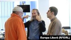 Jurnalistul Vasile Botnaru, scriitorii Emilian Galaicu-Păun și Iulian Ciocan în biroul Europei Libere de la Chișinău