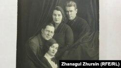 Иван Завадовскийдің (төменгі қатарда) айдауда жүргенде қосылған әйелі Мария Пяживаямен түскен суреті.