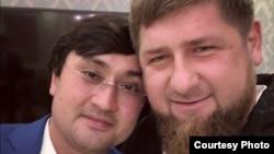 Ойбек Турсуновнинг Чеченистон президенти Рамзон Қодиров билан тушган сурати.