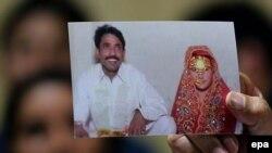 Foto e Farzana Parveen, e cila u godit për vdekje me gurë nga familja e saj