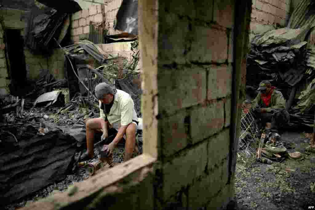 За несколько часов пламя поглотило четыре жилых квартала.Огонь с большой скоростью распространился на соседние здания - материалы, из которых сделаны дома, легко воспламеняются