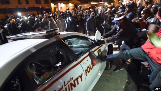 حمله معترضان به یک خودروی پلیس در فرگوسن، دوشنبه  ۲۴ نوامبر