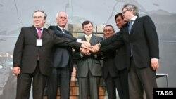 Представители Peugeot Citroen и Mitsubishi на церемонии закладки первого камня будущего завода в Калужской области