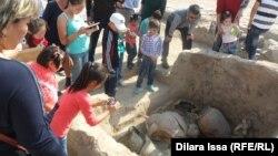 Посетители рассматривают артефакты на месте средневекового города в музее «Древний Тараз». 8 октября 2015 года.