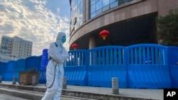Fertőtlenítés a közép-kínai Vuhani Központi Kórháznál, 2021. február 6-án