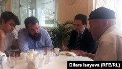 Италия парламентінің сенаторы Роберто Рампи (сол жақта екінші) мен Италияның адам құқығы жөніндегі федерациясының президенті Антонио Стангоның (оң жақта екінші) белсенділермен кездескен сәті. 19 маусым 2018 жыл.