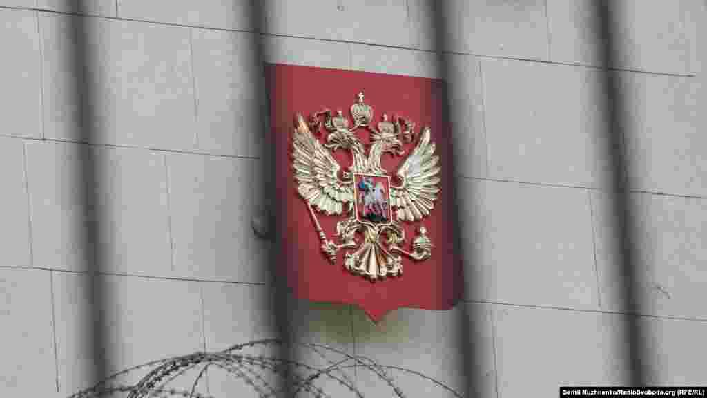 Герб Росии на здании посольства