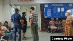 Клиника, в которую доставили раненного в результате взрыва в Бишкеке. 29 июля 2016 года.