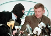 Litvinenko (right) with a masked FSB agent at a Moscow press conference in November 1998. (TASS)