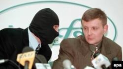 Литвиненко (справа) опасался за свою жизнь в России, и бежал в Англию. Его отравили в шестую годовщину бегства.