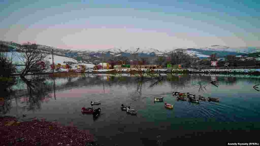 Кизил-Коба– це західні відроги Долгоруківської яйли, що за три кілометри від села Перевальне