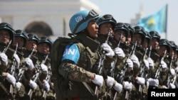 Казахстанские военнослужащие на параде в честь Дня защитника Отечества. Астана, 7 мая 2014 года.