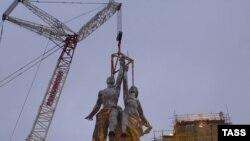 """Легендарная скульптура """"Рабочий и колхозница"""" возвращается на ВВЦ"""