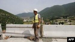 Një punëtorë në autostradë në Kosovë...