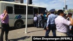"""Полиция """"Махаббат"""" тұрғын үй кешенінің тұрғындарын ұстап әкетіп барады. Астана, 20 тамыз 2013 жыл"""