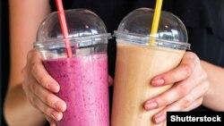Băuturi în pahare de plastic