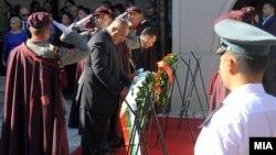 Скопје-Премиерите на Македонија и на Бугарија Зоран Заев и Бојко Борисов положија цвеќе на гробот на револуционерот Гоце Делчев.