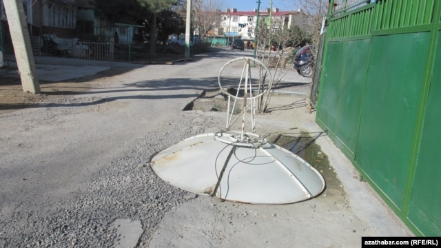 It's not the first time the Turkmen authorities have attempted to rid the country of satellite dishes, but this time the efforts seem more serious.