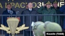 Владимир Путин, Сергей Шойгу и Андрей Картаполов (крайний справа)
