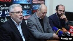 Արամ Իսաբեկյանը, Էդվարդ Միլիտոնյանը և Վարդան Մկրտչյանը լրագրողների հետ հանդիպմանը: