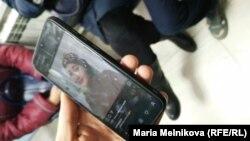 Фото Ларисы Бейсовой, которую сбила патрульная машина в Уральске, в смартфоне ее родственников, находящихся в коридоре больницы. 19 ноября 2019 года.