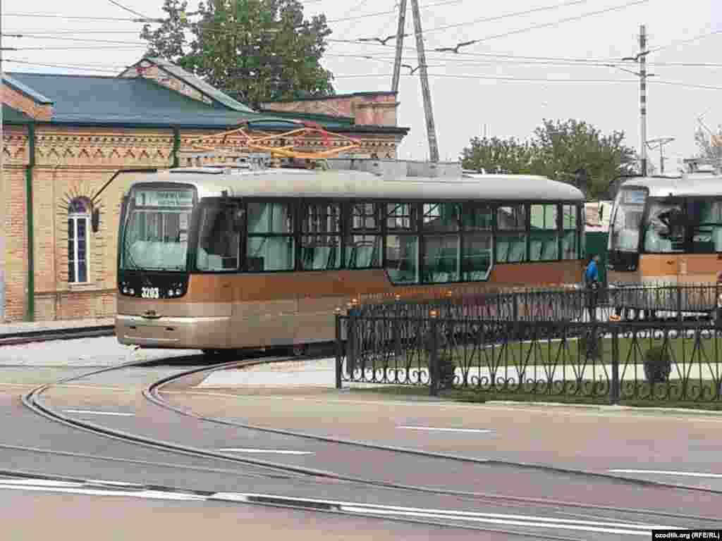Такие же вагоны были сняты с эксплуатации в Ташкенте: в мае прошлого года в столице приняли решение прекратить трамвайное движение.Причинами назвали небольшую загруженность транспорта, изношенность линий инеобходимость расширения дорог.
