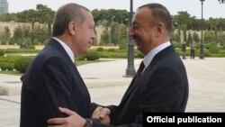 Azerbaijan - President Ilham Aliyev (R) greets his visiting Turkish counterpart Recep Tayyip Erdogan, Baku, 3Sep2014.