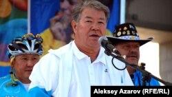 Аким Алматы Ахметжан Есимов выступает перед участниками одной из велогонок. Алматы, 12 августа 2012 года.