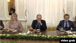 Володимир Путін під час чаювання із переможцями конкурсу управлінців, 12 лютого 2018 року