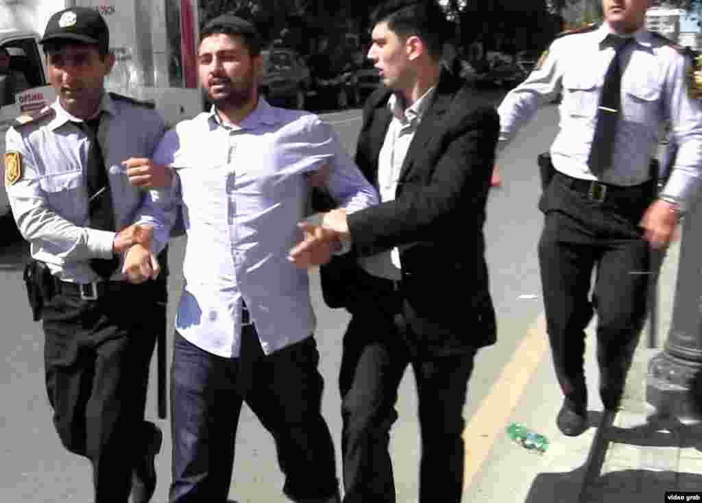 В Азербайджані, у столиці Баку, теж відбувся протест біля посольства США, учасників якого затримувала поліція, 17 вересня 2012 року