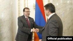 Премьер-министр Карен Карапетян (справа) и посол США в Армении Ричард Миллз, Ереван, 19 мая 2017 г.