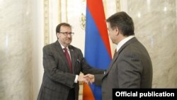 Armenia/US - Karen Karapetian (R), Prime Minister of Armenia, meets with US Ambassador Richard Mills, Yerevan,19May,2017