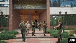 Проросійські бойовики після захоплення будівлі Національного банку України в Донецьку, 16 червня 2014 року