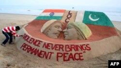 Një skulptor me veprën e tij nga rëra angazhohet për paqe ndërmjet Pakistanit e Indisë