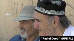 Бозор Собир ва Нур Табаров дар маросими видоъ бо Исҳоқ Табаров