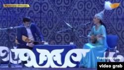 "Скриншот видео шоу-айтыса на телеканале ""Хабар""."
