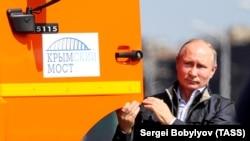 Vladimir Putin Kamaz-ın yanında