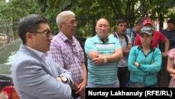 Представители строительной компании «Меруерт курылыс», которые заявляют о задержке выплат со стороны заказчика. Алматы, 25 июля 2018 года.