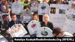 Італійські анімалісти на акції протесту проти винищення собак в результаті пожежі в українському притулку, Рим, 16 квітня 2015 року
