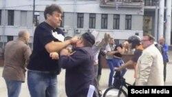 Напад на поліцейського під час антивоєнної акції в Москві, 13 серпня 2016 року