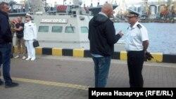 Полковник ВМС Ігор Бедзай (праворуч) із журналістом Олексієм Мочановим на День Військово-морських сил в Одесі
