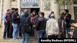 Около здания суда в Баку, где слушается дело по блокировке сайта Радио Азадлыг, 3 мая 2017 года.