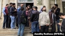 Около здания суда в Баку, где слушается дело о сайте Радио Азадлыг. 3 мая 2017 года.