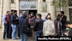 Около здания суда в Баку, где слушается дело о Радио «Азадлыг», 3 мая 2017 года.