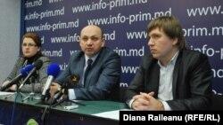 Doina Ioana Străisteanu (stânga), Sergiu Ostaf (centru) şi Vanu Jereghi (dreapta)