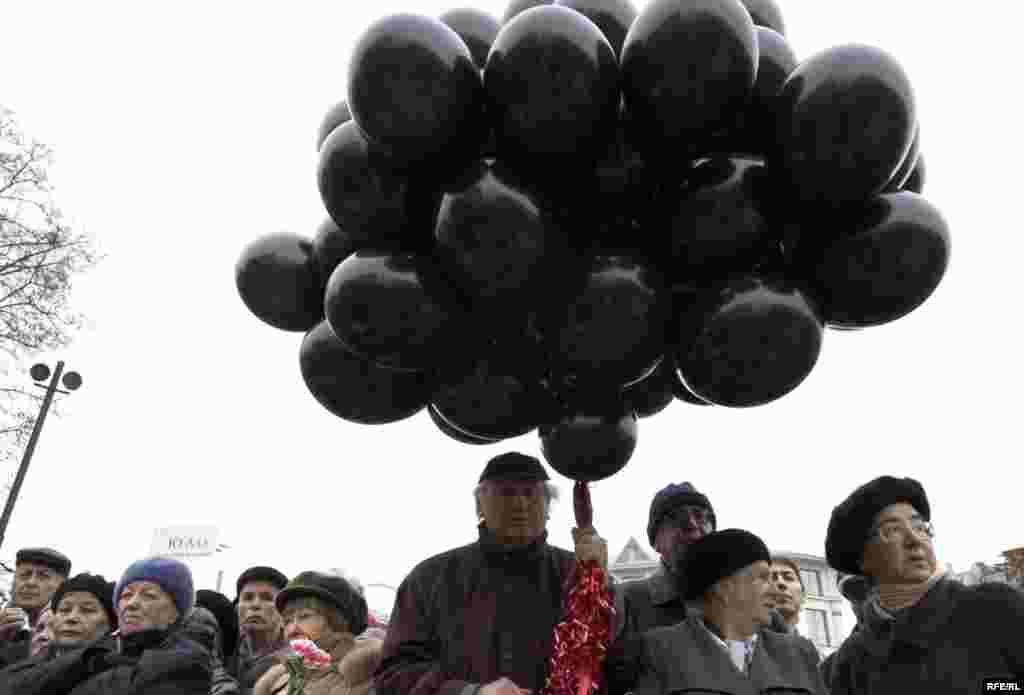 Траурный митинг у Соловецкого камня на Лубянке в день политзаключенного. Семьдесят черных шаров в конце митинга взмыли в воздух.