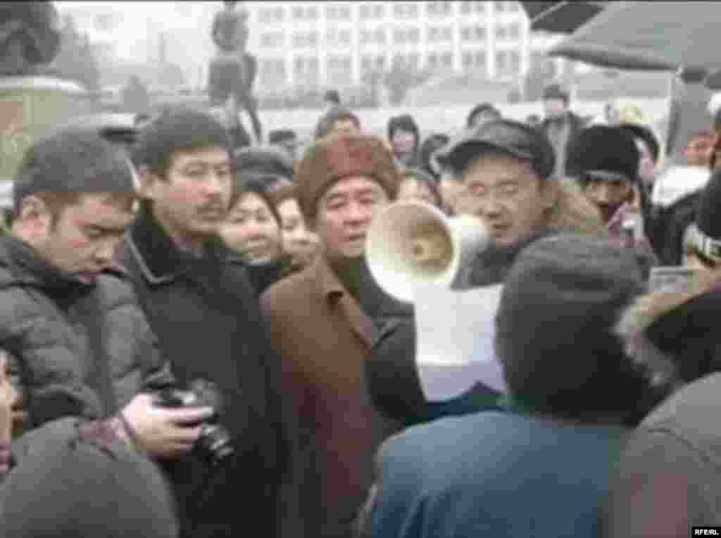 Оппозиция жетекшісі Айнұр Құрманов тұтқынға алынар алдында ғана митингіде сөйлеп тұр. Алматы, 16 желт. 2008 жыл. - Лидер оппозиции Айнур Курманов выступает на митинге протеста за несколько минут до своего ареста. Алматы, 16 декабря 2008 года.