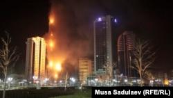 Самый высокий небоскреб чеченской столицы объят пламенем. Грозный, 3 апреля 2013 года.