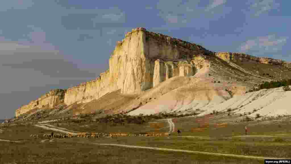 Знаменита скеля у всій пасторальній красі